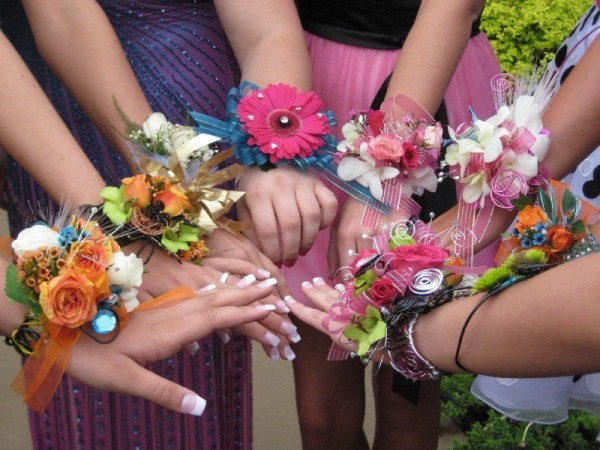 браслеты из цветов для выпускниц