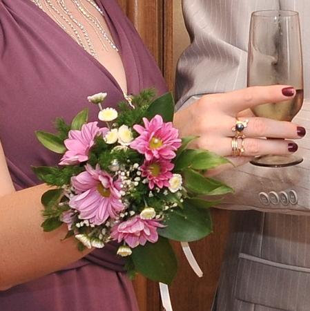 цветочные браслеты на выпускной